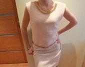 Stilinga suknele su auksiniais papuosimais