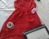 Raudona asimetriška suknelė
