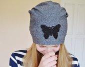 Pilka kepure su drugeliu