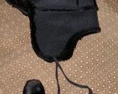Šilta juoda kailinė kepurė su ausimi