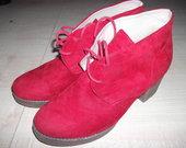 Raudoni batai