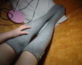 Pilkos kojinės virš kelių