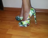 Stilingi gėlėti bateliai