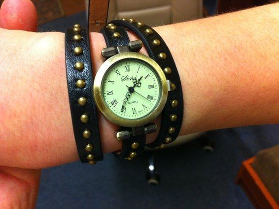 Gražus, vasariškas laikrodis, tamsiai rudas
