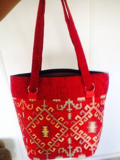 Medžiaginis raudonas krepšys