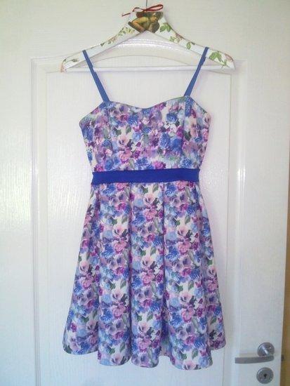 Gėlėta mėlyna suknelė