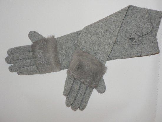 Ilgos pirštinės su audinės kailio puošmena