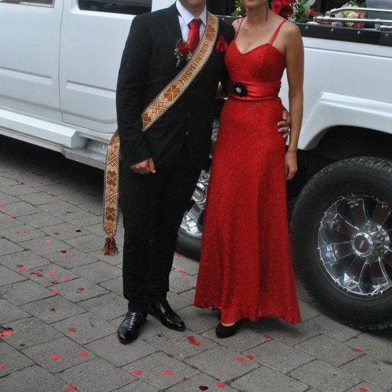 Raudona ilga proginė suknelė su kaspinu