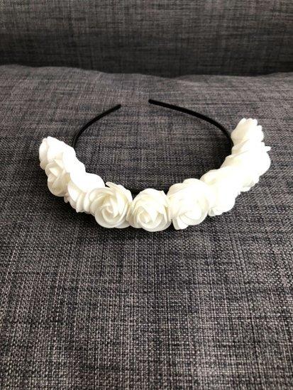 Baltas gėliu lankelis