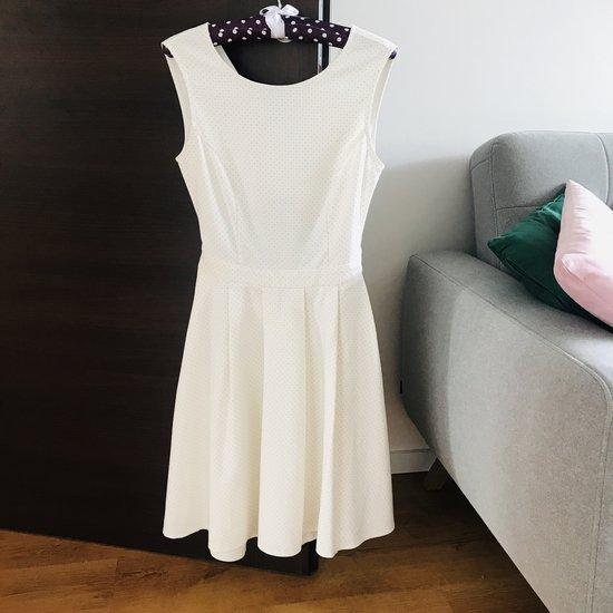 Nuostabi balta su taškeliais suknelė, S
