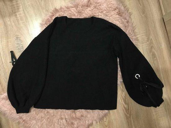 Juodas megztinis pūstomis rankovėmis