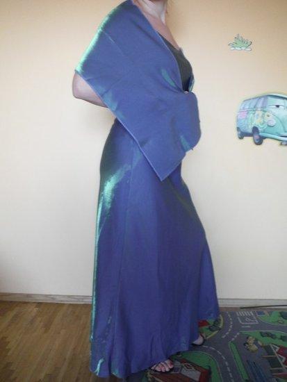 nenusakomos spalvos suknele