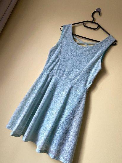 Žydros spalvos suknelė