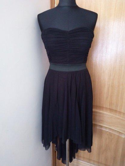 Juoda suknelė atvirais pečiais