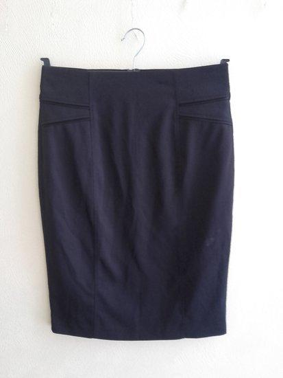 Juodas klasikinis sijonas.
