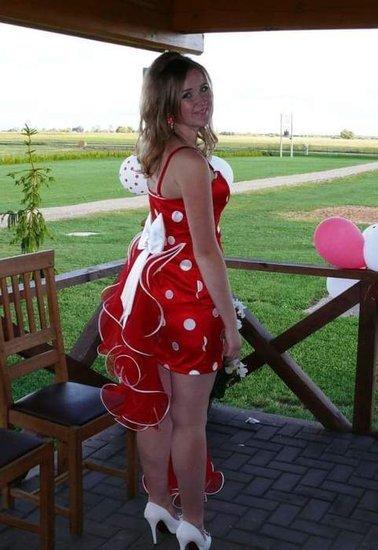 Išskirtinė raudona suknelė