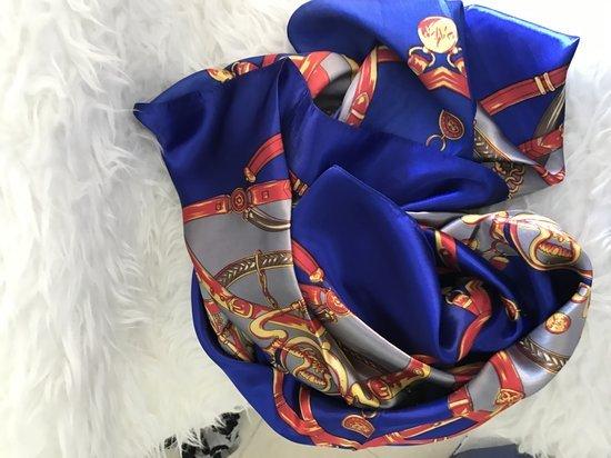 Silkine skarele nauja su etikete versace stiliaus