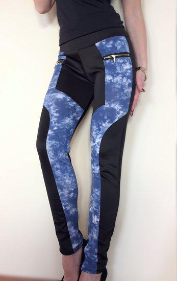 mėlynos tamprios kelnės
