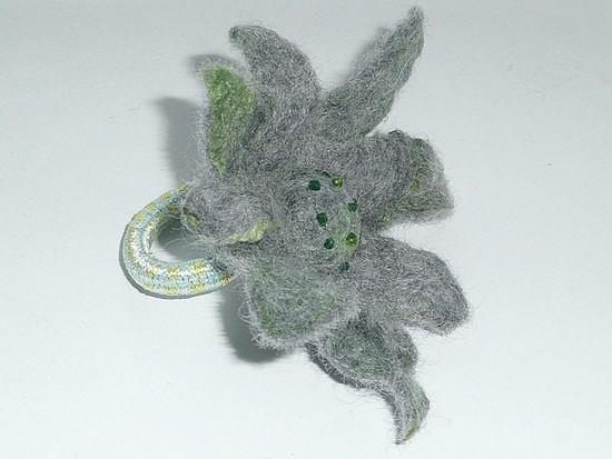 Pilka - žalia gėlė plaukams