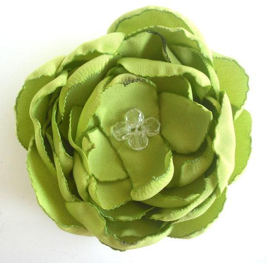 Žalia gėlytė į plaukus