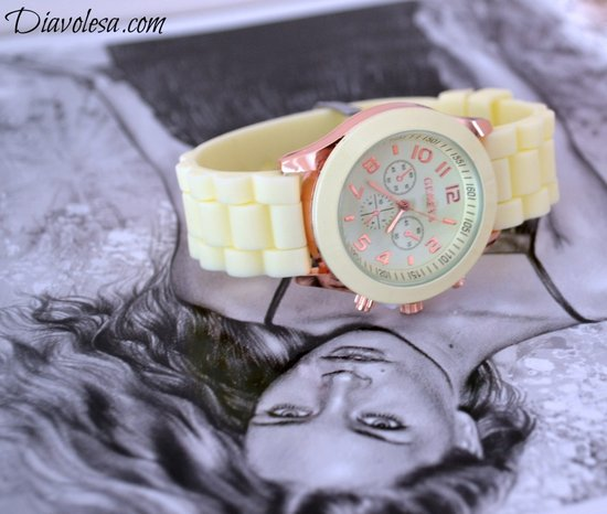 Laikrodis beige spalvos