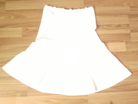 Baltas klostuotas sijonas