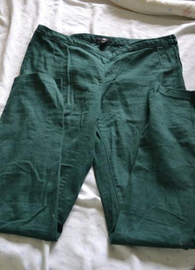 Tamsiai žalios tamprios kelnės