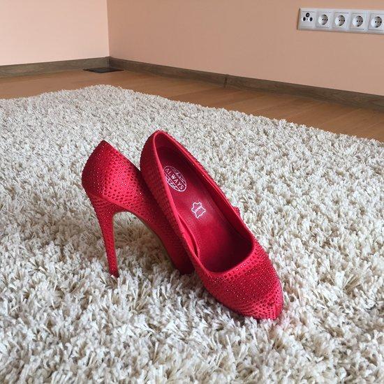PARDUOTA raudoni bateliai
